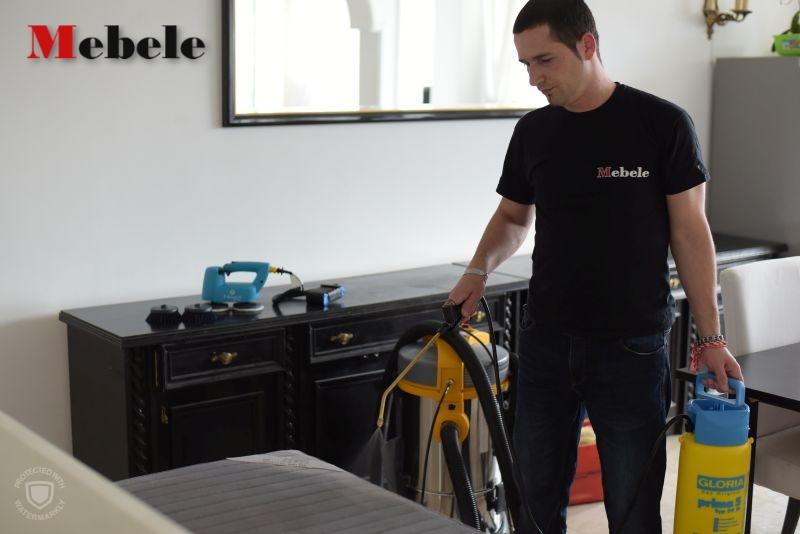второ действие при пране на мека мебел - нанасяне на препарат за почистване