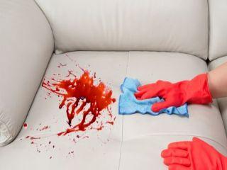 почистване на петно от вино върху диван